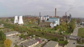 Vista aérea de la ciudad de Tulcea, del área industrial y de la refinería del alúmina de la bauxita almacen de video