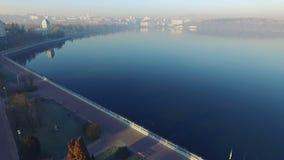 Vista aérea de la ciudad del lago de la mañana almacen de metraje de vídeo
