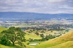 Vista aérea de la ciudad del sur del valle según lo visto del lago Harvey Bear Ranch County Park, sur San Francisco Bay, Californ fotos de archivo libres de regalías
