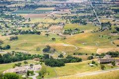 Vista aérea de la ciudad del sur del valle según lo visto del lago Harvey Bear Ranch County Park, sur San Francisco Bay, Californ imágenes de archivo libres de regalías