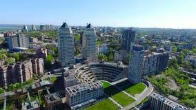 Vista aérea de la ciudad Dnipro Dnepropetrovsk Torres gemelas hermosas almacen de video