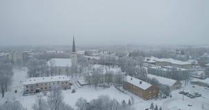 Vista aérea de la ciudad en la mañana fría del invierno Salida del sol en día de niebla metrajes