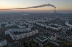 Vista aérea de la ciudad en otoño en la puesta del sol imagen de archivo