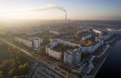 Vista aérea de la ciudad en otoño en la puesta del sol fotografía de archivo libre de regalías