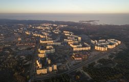 Vista aérea de la ciudad en otoño en la puesta del sol imágenes de archivo libres de regalías