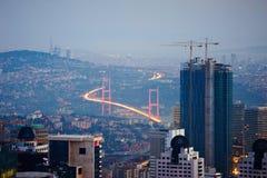 Vista aérea de la ciudad de Estambul céntrica con los rascacielos en la noche Fotografía de archivo libre de regalías
