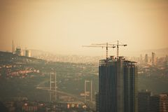 Vista aérea de la ciudad de Estambul céntrica con los rascacielos en la noche Imagen de archivo libre de regalías