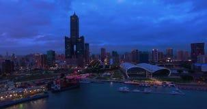 Vista aérea de la ciudad Gaoxiong en la noche - Taiwán metrajes