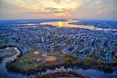 Vista aérea de la ciudad Gloucester New Jersey de la orilla del río de Delaware fotografía de archivo