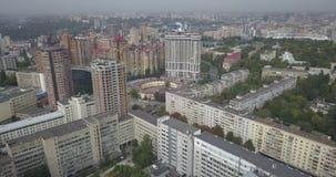 Vista aérea de la ciudad de Kiev El volar sobre edificios modernos en la puesta del sol Ciudad urbana pixeles de 4k 4096 x 2160 almacen de metraje de vídeo