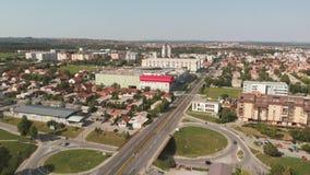 Vista aérea de la ciudad de Kragujevac metrajes
