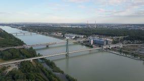 Vista aérea de la ciudad moderna de Viena Vuelo sobre el puente de Danubio con tráfico de la travesía metrajes