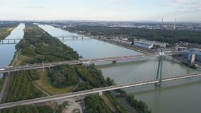 Vista aérea de la ciudad moderna de Viena Vuelo sobre el puente de Danubio con tráfico de la travesía almacen de video