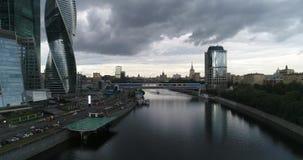 Vista aérea de la ciudad de Moscú con el río de Moscú almacen de video