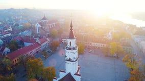 Vista aérea de la ciudad por la mañana almacen de video