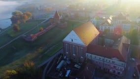 Vista aérea de la ciudad por la mañana almacen de metraje de vídeo