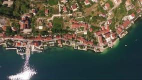 Vista aérea de la ciudad Prcanj en la bahía de Kotor Montenegro almacen de video