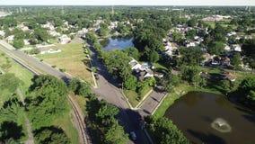 Vista aérea de la ciudad de puerto de la orilla del río de Delaware Gloucester New Jersey almacen de video