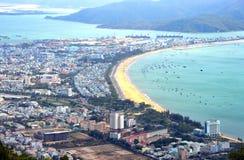 Vista aérea de la ciudad de Quy Nhon, Vietnam imagenes de archivo