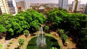 Vista aérea de la ciudad de Ribeirao Preto en Sao Paulo, el Brasil almacen de video