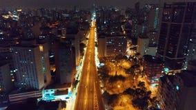 Vista aérea de la ciudad de São Pablo en la noche almacen de video