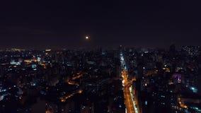 Vista aérea de la ciudad de São Pablo en la noche metrajes