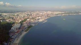 Vista aérea de la ciudad de Setúbal por Océano Atlántico, Portugal almacen de video