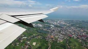 Vista aérea de la ciudad de Taiwán de la ventana del aeroplano, viajando por el aire almacen de metraje de vídeo