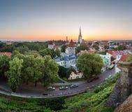 Vista aérea de la ciudad vieja de Tallinn de la colina de Toompea en el amanecer Fotografía de archivo libre de regalías