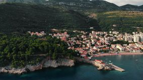 Vista aérea de la ciudad vieja en la costa adriática, Montenegro, Petrovac metrajes