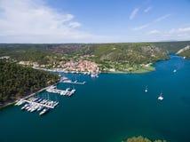Vista aérea de la ciudad vieja Skradin en el río de Krka, Croacia foto de archivo