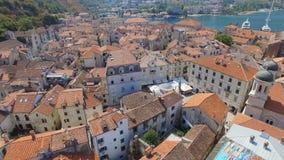 Vista aérea de la ciudad y de la bahía viejas, Montenegro 1 de Kotor almacen de video