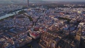 Vista aérea de la ciudad y de la catedral históricas de Sevilla, España almacen de video