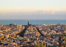 Vista aérea de la ciudad y del mar Mediterráneo de Barcelona del parque Guell en puesta del sol españa Noviembre de 2010 imágenes de archivo libres de regalías