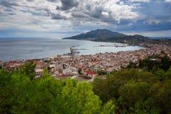 Vista aérea de la ciudad de Zakynthos Zante, Grecia Mañana del verano en el mar jónico Panorama hermoso del paisaje urbano de la  Imagen de archivo libre de regalías