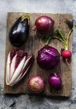 Vista aérea de la colección vegetal púrpura del grupo en la tabla de madera Fotos de archivo libres de regalías
