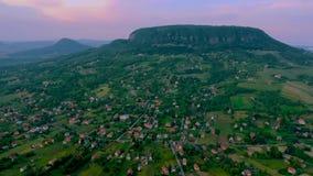 Vista aérea de la colina de Badacsony almacen de video