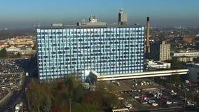 Vista aérea de la confianza de NHS de los hospitales de enseñanza de la universidad del casco metrajes