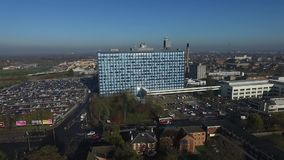 Vista aérea de la confianza de NHS de los hospitales de enseñanza de la universidad del casco almacen de metraje de vídeo