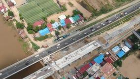 Vista aérea de la construcción de carreteras en Asia en el puente de dos calles; subida de la cámara almacen de metraje de vídeo