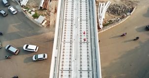 Vista aérea de la construcción ligera del tránsito del carril metrajes