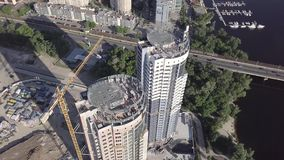 Vista aérea de la construcción de un edificio residencial de varios pisos en el terraplén del Dnieper Kyiv, Ucrania almacen de metraje de vídeo