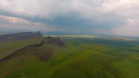 Vista aérea de la cordillera Sunduki, cielo verde de los campos antes de la tormenta en la república de Khakassia Rusia almacen de metraje de vídeo