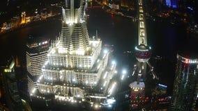 Vista aérea de la corona del tejado del rascacielos con el río en Shangai en la noche, China almacen de metraje de vídeo