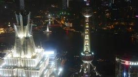 Vista aérea de la corona del tejado del rascacielos en la noche, el envío y el tráfico urbano almacen de video