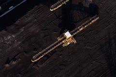 Vista aérea de la correa móvil con un montón del carbón al lado del carbón Imagen de archivo