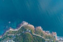 Vista aérea de la costa costa Foto de archivo libre de regalías