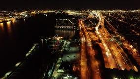 Vista aérea de la costa de aterrizaje de Philadelphia de Penn en la noche almacen de video
