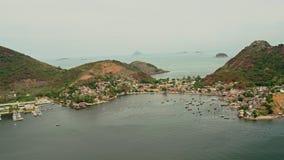 Vista aérea de la costa costa de Niteroi con la montaña distante de Sugar Loaf metrajes