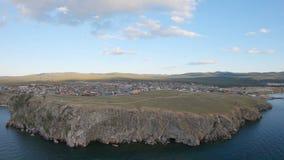 Vista aérea de la costa del lago Baikal, pueblo de Khuzhir almacen de metraje de vídeo